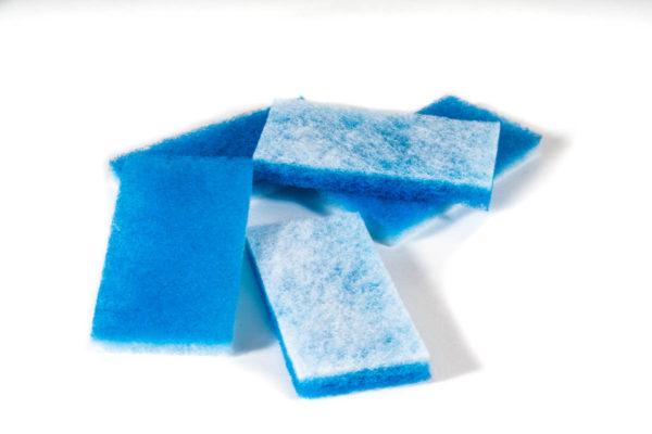 Filtermattenschnipsel blau weiß gestapelt